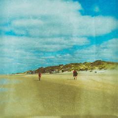 A pieds ou à vélo !!! (Des.Nam) Tags: plage mer merdunord sable sand personnes people blockhaus bleu blue fuji fujifilmxpro1 xprostreet xpro1 xpro1sqare desnam texture textured paysage analogefex ciel cielnuageux littoral carré square