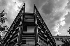 moderne aux cuveront (Rudy Pilarski) Tags: nikon nb bw bâtiment building structure sky city ciudad capitale france forme form architecture architectura abstrait abstract tree arbre monochrome moderne modern francia europe europa ambiance