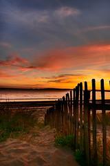 Der Weg zum Meer ist der Schönste. (Saskia Becker) Tags: meer oktober strand sonnenuntergang wales swansea grosbritannien sea beach sunset sand strandhafer zaun wasser clouds water live abend light wolken way colorful romantik