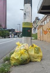 (drl.) Tags: lixo pinheiros sãopaulo amarelo yellow trash