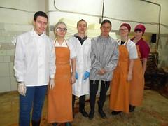 Студентки на мясокомбинате (ShyShyny) Tags: студенты мясник мясокомбинат практика мясо фартук резиновый meat butcher butchery student practice apron rubber