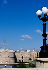 IMGP1277 (Mario Lazzarini.) Tags: lampione castello mare taranto palle canale