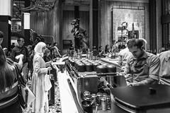Starbucks Milano - Ottobre 2018 (Maurizio Tattoni....) Tags: italy lombardia milano starbucks persone interno sera caffè bn bw blackandwhite biancoenero monocrome leica 21mm mauriziotattoni