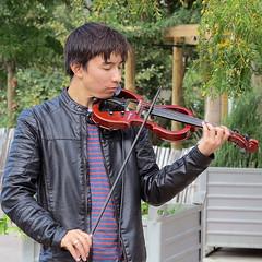 Electro-acoustic violin player (pivapao's citylife flavors) Tags: paris france beaubourg streetartist