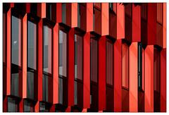 Red (frodul) Tags: ausenansicht architektur detail fassade fenster gebäude glasfassade konstruktion linie outdoor reflection reflektion spiegelung verglasung verwaltungsgebäude münchen rot bayern deutschland