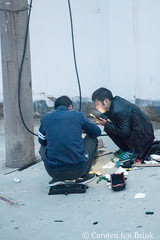 Repairs at dusk (10b travelling / Carsten ten Brink) Tags: 10btravelling 2017 asia asian asien carstentenbrink china chine chinese gansu gansuprovince iptcbasic lanzhou prc peoplesrepublicofchina silkroad yellowriver cable electrician electricity men province repair tenbrink working 中华人民共和国 中国 甘肃