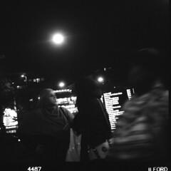 Stadt (tiltdesign2016) Tags: analogphotography adonalrodinal150 bw canoscan9000f adoxgolf63 wuppertal elberfeld mittelformat stadt ilfordhp5400 push 4001600asa street strase nacht