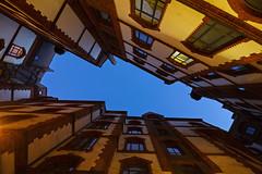 Speicherstadtgeschichten (Lilongwe2007) Tags: hamburg deutschland speicherstadt innenhof architektur blaue stunde dämmerung nacht abend beleuchtung illumination altstadt unesco weltkulturerbe himmel