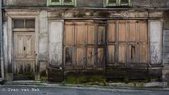 Rue du Fons de Seix, Seix (Ivan van Nek) Tags: ruedufonsdeseix seix ariège france 09 midipyrénées occitanie frankrijk frankreich decay decaying decayed abandoned doorsandwindows facade nikon nikond7200 d7200 ramenendeuren tür volets shutters luiken pyrénées pyrenees pyreneeën