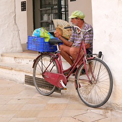 Hace calor... (mike828 - Miguel Duran) Tags: persona people hombre man calle street bicicleta bike bicycle abanico hand fan sony a6300 carl zeiss vario tessar 1670mm menorca ciudadela ciutadella alpha verano summer calor hot variotessar16704za sel1670z variotessarte41670