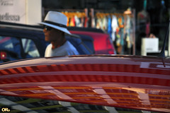 Man with white hat (Otacílio Rodrigues) Tags: man homem chapéu hat carros cars reflexos reflections loja store roupas clothes rua street streetphoto urban resende brasil oro