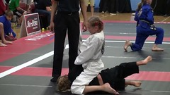 Jiu jitsu girls (BLLLCCC) Tags: sport deporte esporte luta fight martialarts pressão pressure technique referee tatame mat kimono gi chulé baresoles solas soles descalça pés feet barefeet barefoot girls kids teens jiujitsu bjj gente
