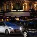Photographie nocturne de la circulation automobile devant les Deux Magots (1)