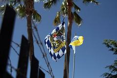 Freistaat Bayern (StellaMarisHH) Tags: europa spanien canaren grancanaria maspalomas blau geld stacheldraht flagge fahne bayern blauweis bavaria canon canoneos60d eos60d 60d sigma sigma18200 photoscape