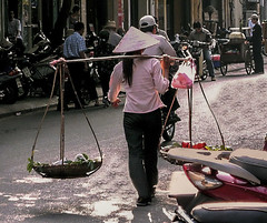 IMG_0317.1 (petercan2008) Tags: carryon women mujer transporte transport street hanoi vietnam