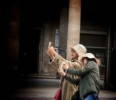 Turistas en Zaragoza (marisabosqued) Tags: zaragoza aragón turistas personas people retrato portrait tamronaf2875mm snapseed