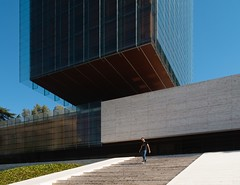 Rafael de la Hoz & Gerardo Olivares James. Perez - Llorca abogados #7 (Ximo Michavila) Tags: rafaeldelahoz gerardoolivaresjames perezllorca abogados lawyers madrid spain building ximomichavila architecture archdaily archiref archidose urban glass day clear sky blue street castellana city people stairs castelar