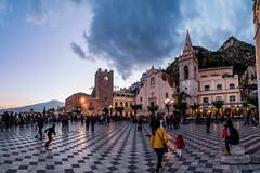 Taormina  am Abend (matthias_oberlausitz) Tags: taormina sizilien ätna vulkan platz marktplatz tor kirche italien italy