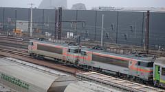 [FR-SNCF] BB 7255 + BB 7253 à l'arrêt dans un des faisceaux du triage de Saint-Pierre-des-Corps 19/12/2017 DSC_0005_DxO (yael.flament1) Tags: alsthom alstom sncf nez cassé locomotives locomotive spdc saintpierredescorps saint pierre des corps bb7200 bb7253 bb7255 bb 7200 7255 7253 triage faisceau réception yard railway 15kv 1500volts 1500 volts