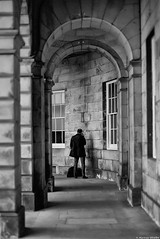 Appel confidentiel (Mathieu HENON) Tags: leica leicam noctilux 50mm m240 nb bnw noirblanc blackwhite monochrome laphotodulundi street ecosse scotland edimbourg businessman arcades appel caché affaires photoderue streetphoto