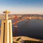Luftaufnahme von hinten der Cristo Rei Statue und ponte 25 de abril Brücke in Almada Lissabon thumbnail