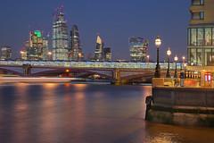 Fretta serale / Hurry evening (London, United Kingdom) (AndreaPucci) Tags: london uk thames night cityoflondon blackfriars bridge andreapucci station