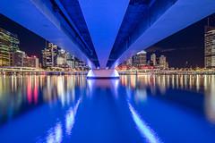 Brisbane blues (Rafael Zenon Wagner) Tags: nacht langzeitbelichtung stadt brücke fluss spiegelung lichter nikon d810 12mm laowa12mmf28zerod night time exposure town bridge river reflection lights bcl big city blau blue brisbane australia australien farben colors