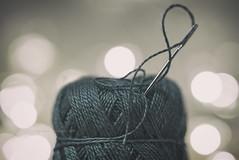 Thread (eesquina) Tags: thread hilo aguja enhebrar threading proyecto project 52 week 52semanas monocromatico macro macromondays color bokeh verde luces