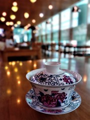 a Chinese tea cup (SM Tham) Tags: asia southeastasia malaysia kualalumpur bangsarsouth kerinchi nexus amber chinesemuslim restaurant building interior table tabletop teacup porcelain ceramic saucer cup lid traditional lights windows perspective depthoffield object reflections