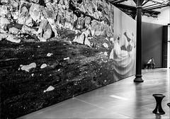 Les allées de l'exposition / Paths in the exhibition (vedebe) Tags: musée exposition expositions exhibition homme humain human people photographie photo ville city rue street urbain urban urbanarte noiretblanc netb nb bw monochrome