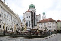 Passau: Neue Residenz und Dom St. Stephan am Residenzplatz (Helgoland01) Tags: passau niederbayern bayern deutschland germany dom church kirche brunnen barock