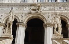 Le palais des Doges - Venise - MERCURE (Dieu du commerce) et NEPTUNE (Dieu de la mer) - (elisabeth D.) Tags: venise vénétie palazzo ducale palaisdesdoges xivauxvièmesiècles gothiqueetvénitien sérenissime leonealato