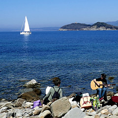 Baratti, Toscana, Italia (pom'.) Tags: panasonicdmctz101 april 2018 italia italy toscana tuscany piombino livorno golfodibaratti baratti marligure mediterraneo mediterraneansea europeanunion 100 200 sail sailing music guitar