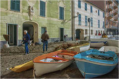 after the storm ... ( 3 ) (miriam ulivi) Tags: miriamulivi nikond7200 italia liguria sestrilevante baiadelsilenzio mareggiatadel29ottobre seastormof29october barche boats people