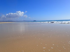 Horizont (marion streich) Tags: fischerboote strand meer urlauber weite schönwetterwolke