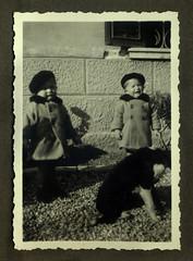 i gemelli con il cane - Vicenza 1936 (dindolina) Tags: italy italia veneto vicenza gemelli twins vignato 1936 1930s thirties annitrenta vintage family famiglia history storia dog cane