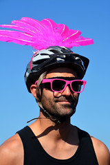 Roc d'azur portrait_7186 (ichauvel) Tags: rocdazur2018 coursedevtt coursedevélos race bicycles bikes portrait homme man lunettes glasses rose pink plumes feathers drôle fun exterieur outside octobre october fréjus var provencealpescôtedazur france europe westerneurope courseinternationale internationalrace sport casque helmet