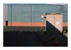Thyborøn, Denmark, 2018 (csinnbeck) Tags: analog film contax rx 50mm 5014 zeiss planar kodak portra 160 thyborøn denmark building summer northsea west coast westcoast nordsee north sea harbour port sign lines red blue decay july 2018 rust seagull t