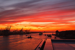 An der Nordsee...? (Lilongwe2007) Tags: hamburg deutschland elbe fluss dockland sonnenuntergang schiffe hafen abendrot wolken spiegelung aussicht aussichtspunkt containerbrücken industrie fähre neumühlen