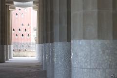 1, 2, 3 chocolate inglés. (elojeador) Tags: parque güell parquegüell gaudí antonigaudí columna columnata mosaico losa sostén arquitectura barcelona llegarontodos elojeador