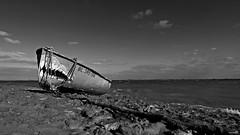Les Dents de la mer (Un jour en France) Tags: monochrome mer bateau lesdentsdelamer galet plage ciel cielpaysage sky picardie saintvalerysursomme leshautsdefrance blancetnoir blancetnoirfrance canonef1635mmf28liiusm canoneos6dmarkii canoneflenses