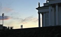 Ils sont venus, ils sont tous là... (Robert Saucier) Tags: ciel sky nuages clouds building architecture personnes people statue colonnes pylone lampadaire lamp helsinki img5955