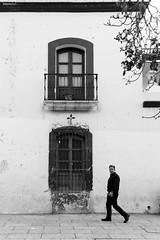 Un paso por tu casa (Marcos Núñez Núñez) Tags: streetphotography canoneosrebelt5 blackandwhite blancoynegro fotografíacallejera urban paso hombredenegro ventana balcón bw streetphotographer oaxaca calle arquitectura muro architecture