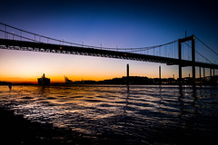 Sunset time by the bridge (Maria Eklind) Tags: horisont silhouette siluett båt solnedgång boat autumn sunset sky bridge bro gothenburg göteborg water sunsettime sweden outdoor himmel älvsborgsbron höst city västragötalandslän sverige se
