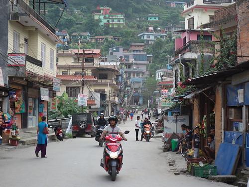 Besisahar s'est construit autour d'une grande rue principale. Les commerces et les maisons longent cet axe routier.