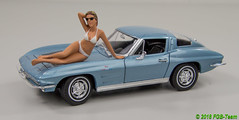 Welly 24073b Chevrolet Corvette 1963 mit American Diorama Kalendergirl (Stefan's Gartenbahn) Tags: welly 24073b 24009ybk citroen 2cv chevorlet corvette gartenbahn zubehör gartenbahnzubehör auto car 124 charlston 2cv6 fgb fgbberlin fgbteam modellauto