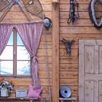 Eine Wand einer Holzhütte in traditionell bayrischem Stil thumbnail