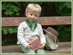 Süße Pause / Sweet break (ursula.valtiner) Tags: puppe doll luis masterpiecedoll künstlerpuppe pause break mannerschnitten essen rucksack backpack wandern hiking bank bench