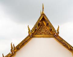 Temple Frame (dlerps) Tags: bkk bangkok city daniellerps lerps sigma sony sonyalpha sonyalpha77 sonyalpha99ii sonyalphaa77 tha thai thailand urban lerpsphotography metropolitan watarun tip rooftop roof gold golden temple buddhism buddhist minimalistic minimalism