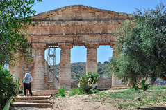 Abbracciamoci al tempio (Llore 2.0) Tags: segesta abbracci tempiodisegesta abbracciarsi tempio tempiogreco sicilia